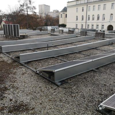 Hotel Mercurre Unia - instalacja 23,22 kWp - widok tylnych osłon przeciwwiatrowych